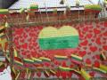 Stendas su 100 vėliavėlių, už ką Mikoliškio bendruomesnė laimėjo vėliavą.